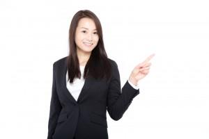 顧客を誘導する女性