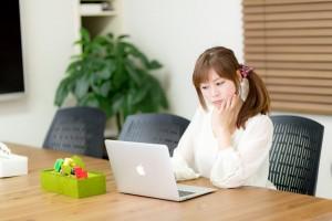 ノートPCを使う女性