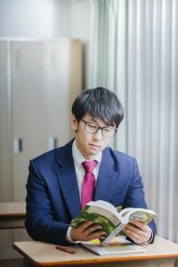 漫画を読む高校生