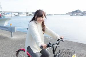 自転車をこぐ女の子