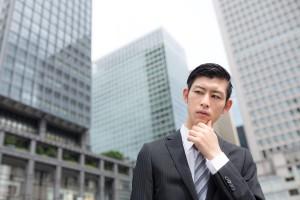 オフィス街で考える男性