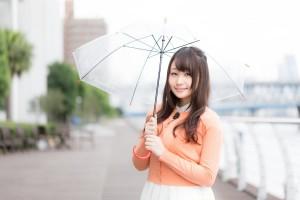 傘をさす、かわいい女性