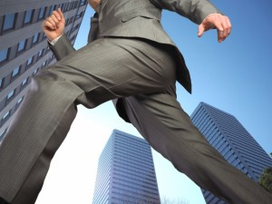 転職活動で走り回る男性