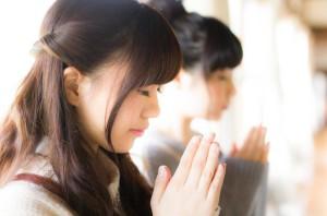 合格を祈る女性