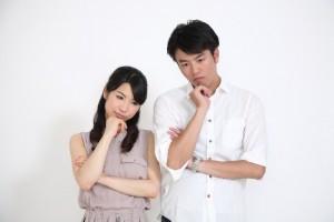 企業ランキングを見て考える男女