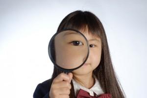 会社の評判を調べる女の子