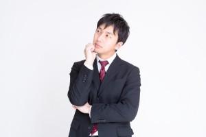 転職先を考える男性