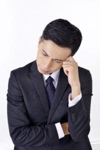 能力不足を指摘されて落ち込む男性