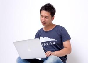 PCでネットの掲示板、口コミ情報を見る男性