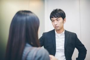 上司と転職の相談をする女性